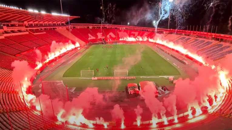 """""""Гореше"""" стадионот на Црвена ѕвезда: Навивачите направија фешта пред патувањето на српскиот првак во Кипар"""