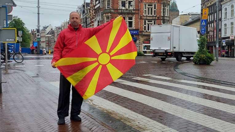 Популарниот Кипре го развеа македонското знаме среде Амстердам (фото)
