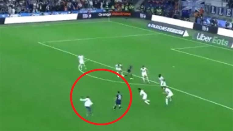 Меси тргна во напад да даде гол, а го сопре навивач!